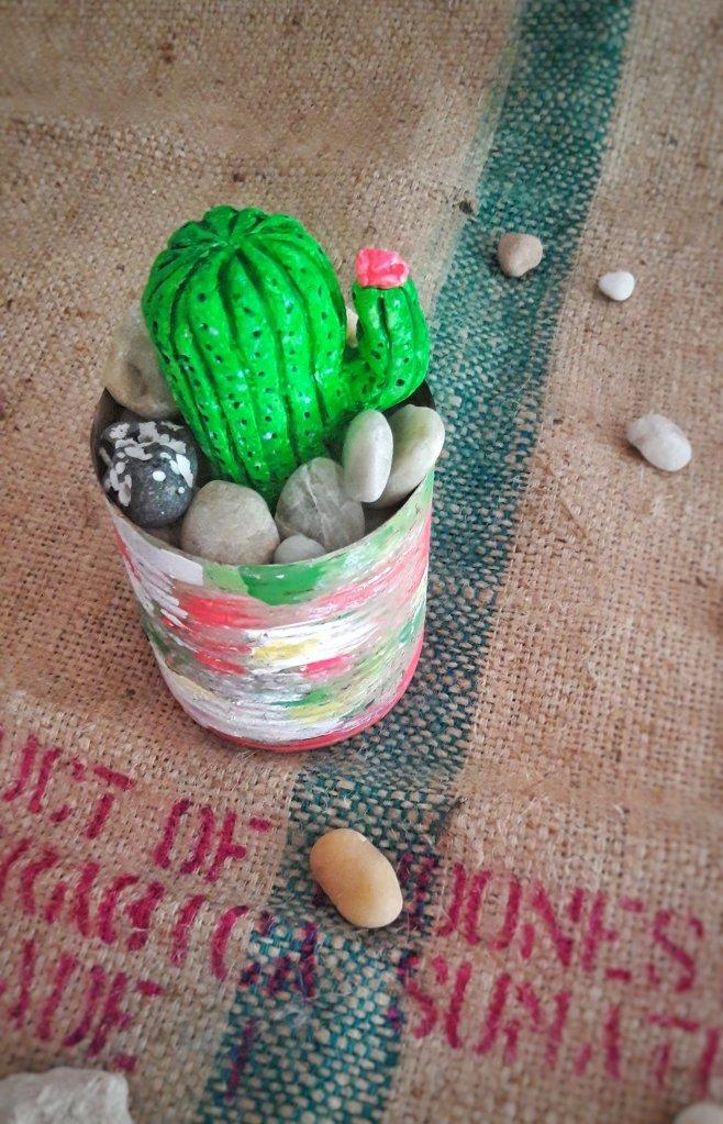 Ein kleiner Kaktus aus Modelliermasse in einer bemalten Dose mit Acrylfarben und Steinen. #upcyclingdiyidee.