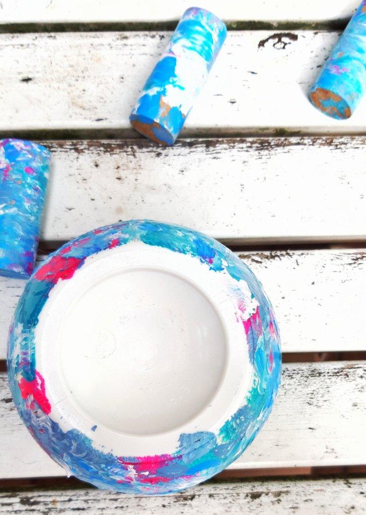 Dose und Holzklötzchen mit Acrylfarben betupfen