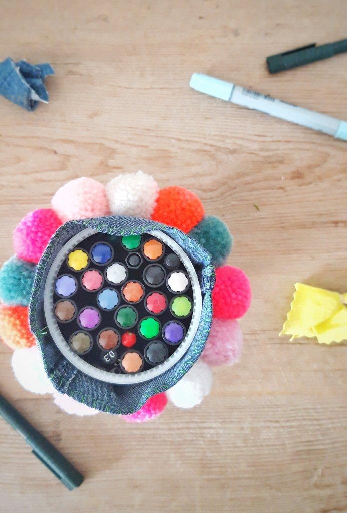 Stiftebox oder Vase oder Snackbox zum Kindergeburtstag! Diese Box ist schnell gemacht aus einer Kaffeepad Packung und einer alten Jeanshose.