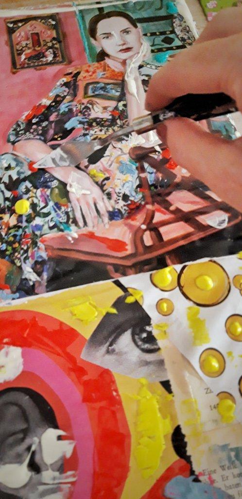 Magazin- und Buchseitenschnipsel werden mit etwas Acrylfarben zu einem Kunstwerk