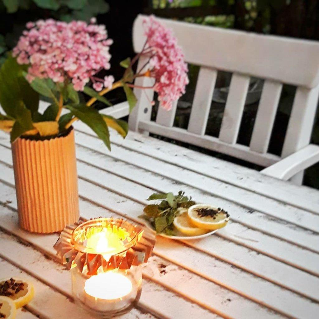 Aus einem alten Puddingglas und ein paar Streifen Milchtüte entsteht schnell ein sommerliches Windlicht