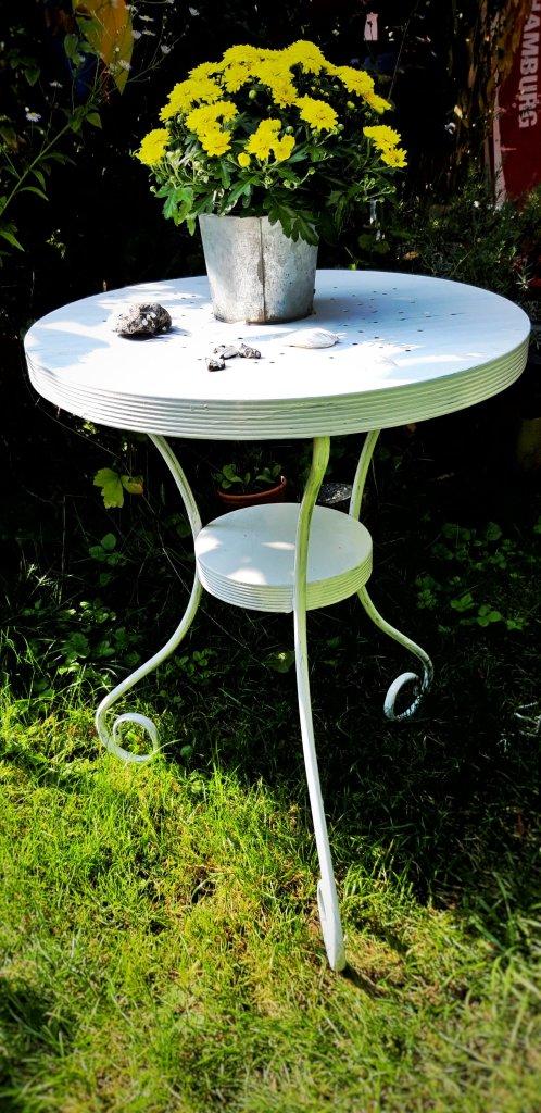 Ein alter Ikea Tisch wird mit ein bisschen Farbe schnell zu einem neuen Hingucker.