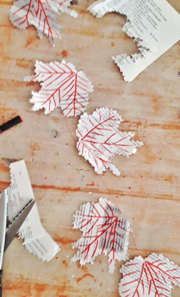 Aus ein paar alten Buchseiten, werden Blätter ausgeschnitten,  angemalt und mit Nadel und Faden aufgefädelt.  Fertig ist eine tolle Upcycling-DIY-Idee. Als Fensterdeko für zu Hause oder als Geschenk. Herbstdeko kostengünstig und nachhaltig.