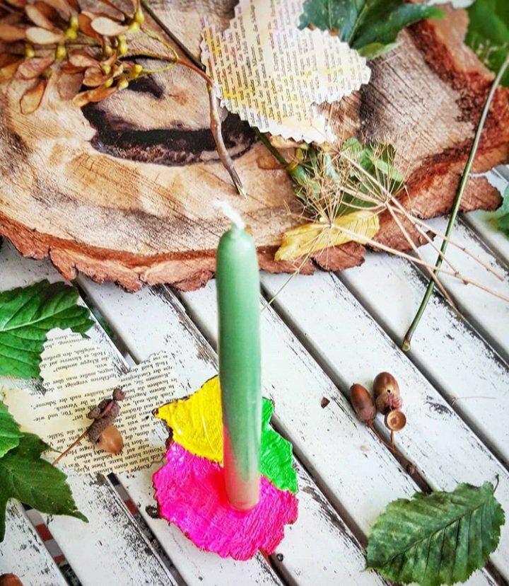 Aus einem Stück Ast aus dem Wald mit bunter Acrylfarbe wird ein toller Kerzenständer. Eine schnelle DIY Idee für Kinder und Erwachsene.