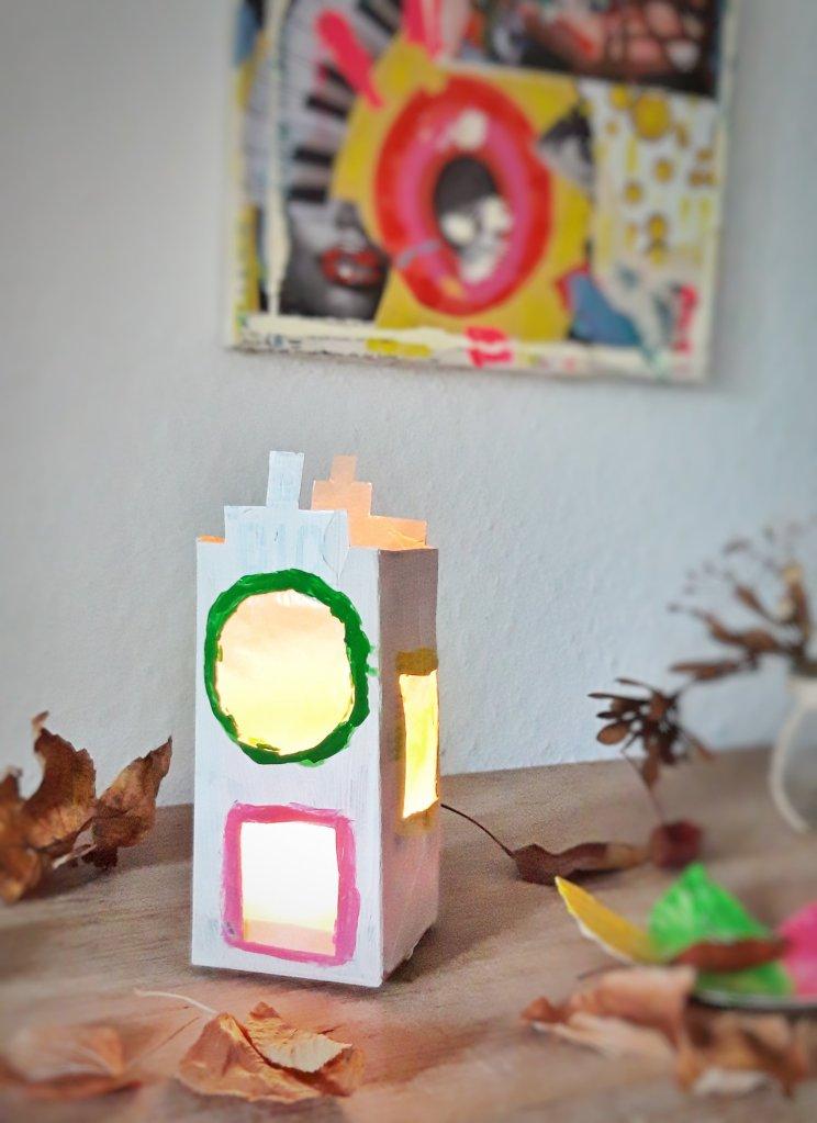 Ein Lichterhaus aus einer alten Milchtüte ist schnell gemacht. Fenster reinschneiden, mit Seidenpapier bekleben, anmalen, fertig. Eine gemütliche Lichtquelle für die dunkle Jahreszeit.
