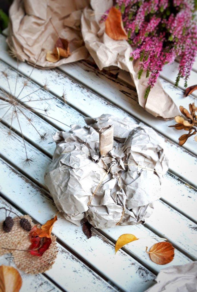 Aus etwas Verpackungsmaterial, Klebstoff und Gummibändern wird im Handumdrehen ein toller Kürbis für die Herbstdekoration.