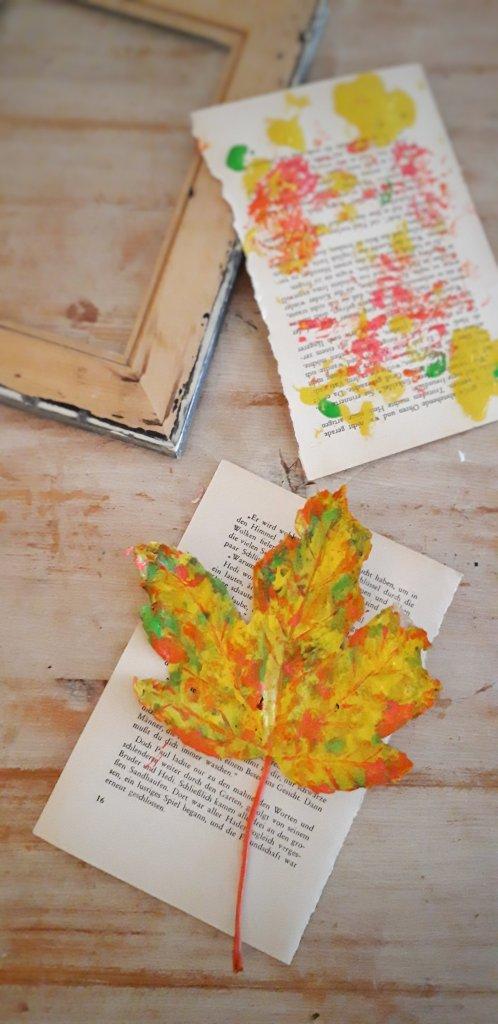 Mit Acrylfarbe wird ein Herbstblatt zu einem individuellen Kunstwerk. Einrahmen und der Farbtupfer für die Wand ist fertig. Eine tolle Bastelidee für die dunkleren Tage.