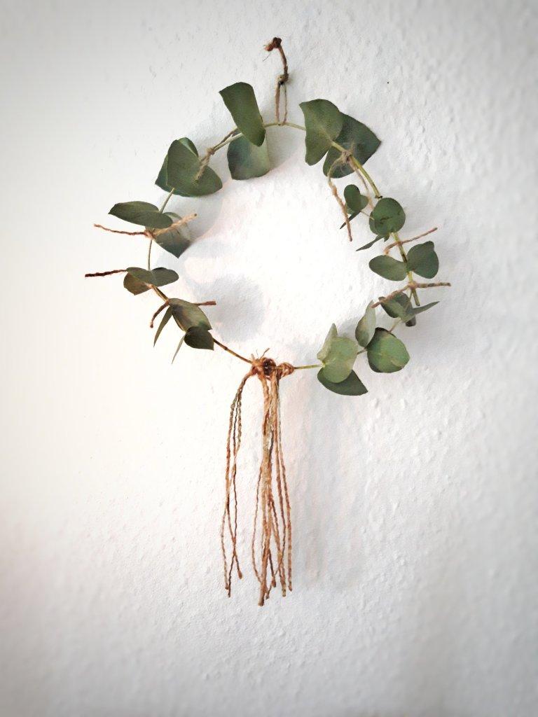 Dekokeanz aus zwei Eukalyptus Zweigen und Juteband aus einem Kaffeesack.