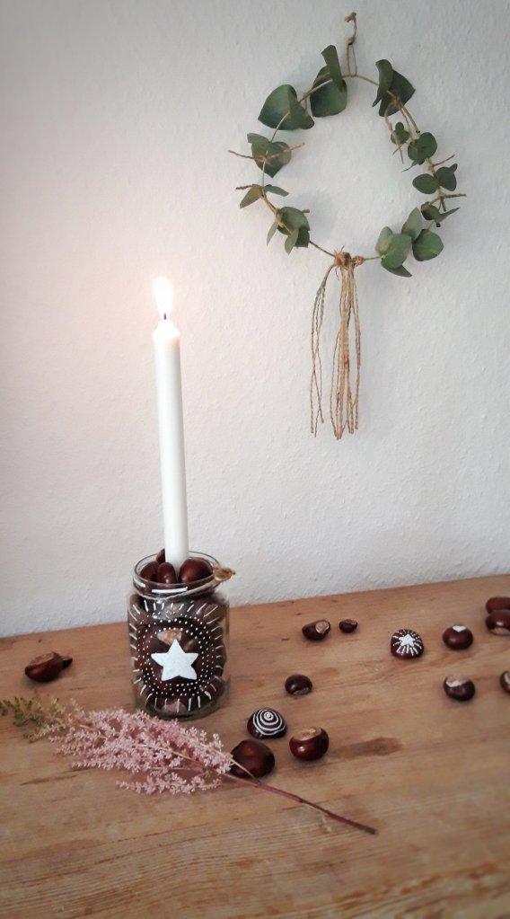 Schnelle skandinavische Deko Idee aus Einmachglas, Kastanien und Kerze.