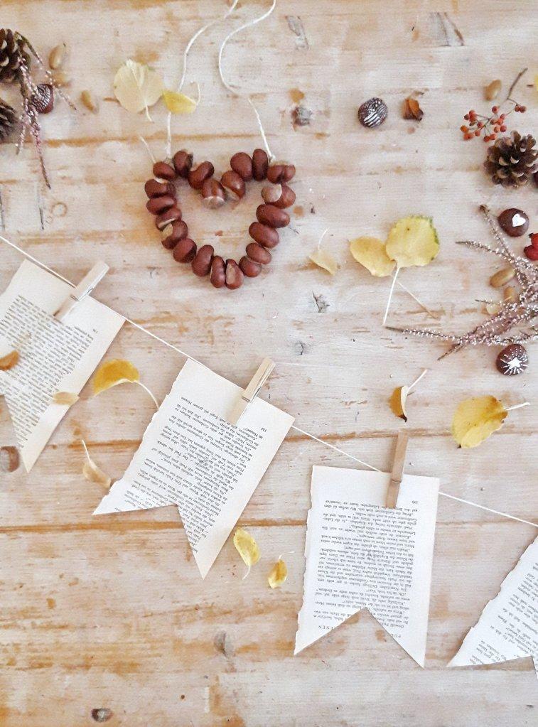 Eine Girlande aus alten Buchseiten. Einfach die Buchseiten zu Fähnchen zuschneiden und an eine Schnur mit Klammmern heften. Wer mag, kann noch die Blätter bemalen oder bestempeln.