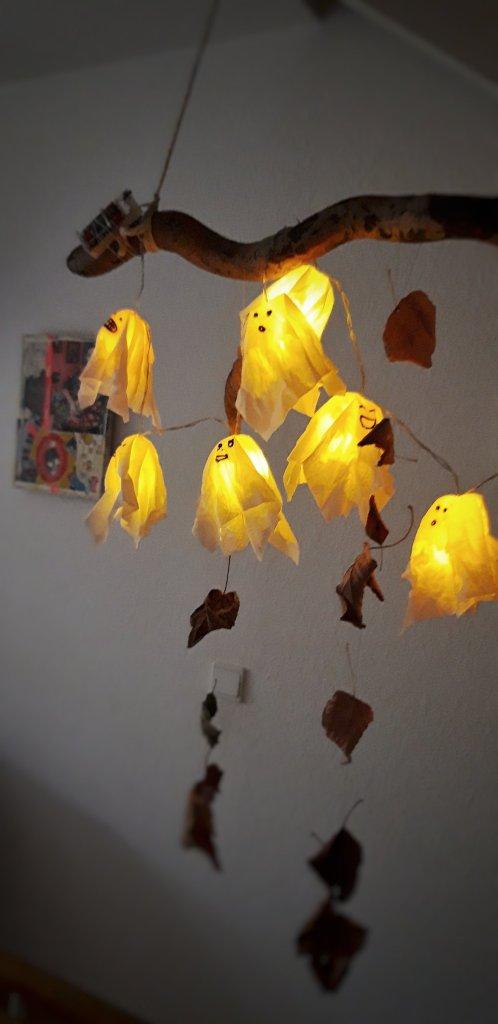 Aus einer Lichterkette, alten Ü-Eiern, Taschentücher, Sprühstärke und einem Edding wird eine gruselig, schöne Halloween Gespenster Lichterkette. Ein tolles, einfaches DIY für Kinder