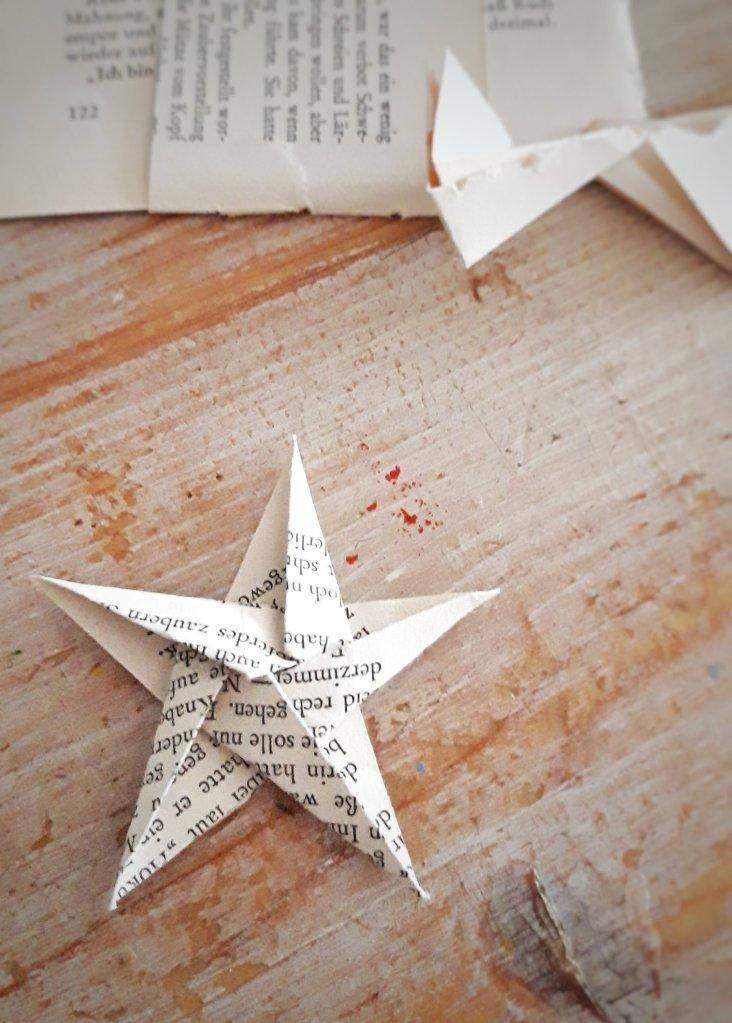 Hier zeige ich euch, wie man aus alten Buchseiten, Geschenkpapier, Magazinseiten einen tollen, weihnachtlichen Stern faltet.