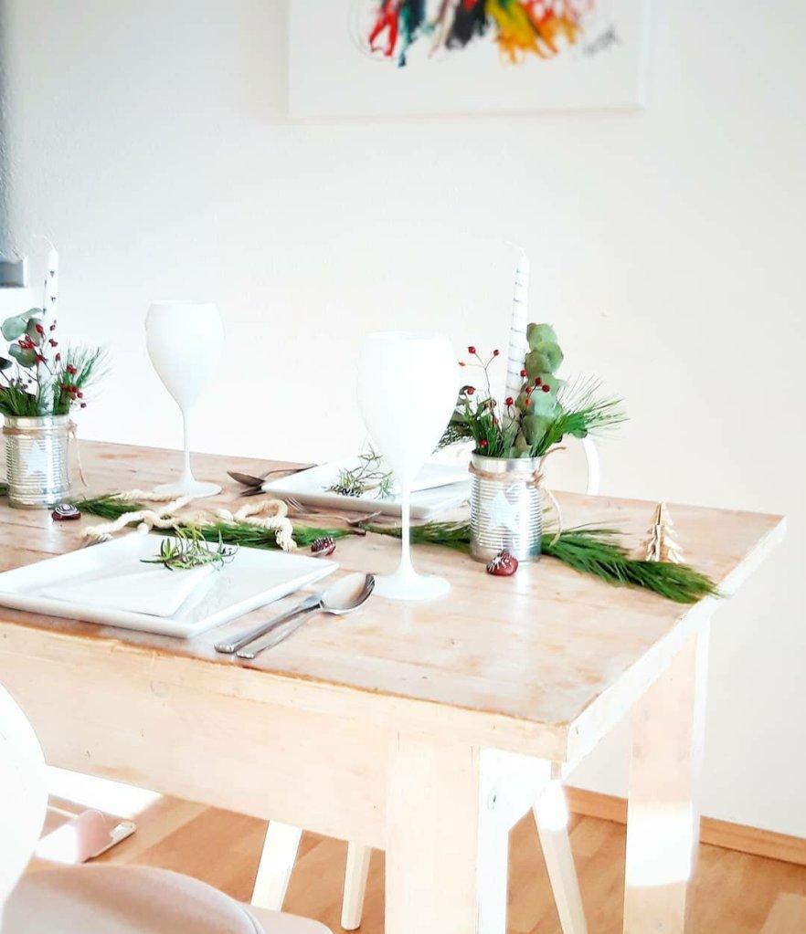 Mit ein paar einfachen, kostengünstigen, weihnachtlichen Upcycling Ideen, kann man eine wunderschöne Tischdeko zaubern. Man braucht nicht viel und es sieht einfach toll aus. Festlich, gemütlich und weihnachtlich.