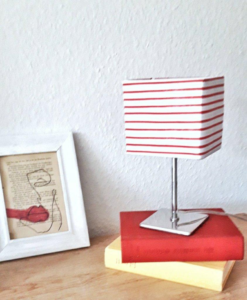 Mit etwas Bastelpapier und Klebstoff wurden neuer Lampenschirm.  Ganz einfach und edel.