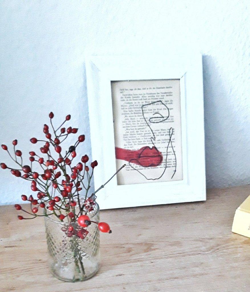 Mit einem Glasschneider wird aus einer alten Weinflasche eine Vase und aus einer alten Buchseite und einem Stift ein neues Kunstwerk, oder Geschenk zu Weihnachten.