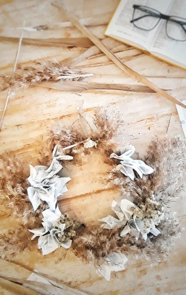 Ein Kranz ist schnell gemacht aus Hartriegel, alten Buchseiten und Pampasgras. Einfach alles nach und nach aufkleben,  trocknen lassen. Ein toller DIY Kranz. Leicht und eine schöne Dekoration für zu Hause.