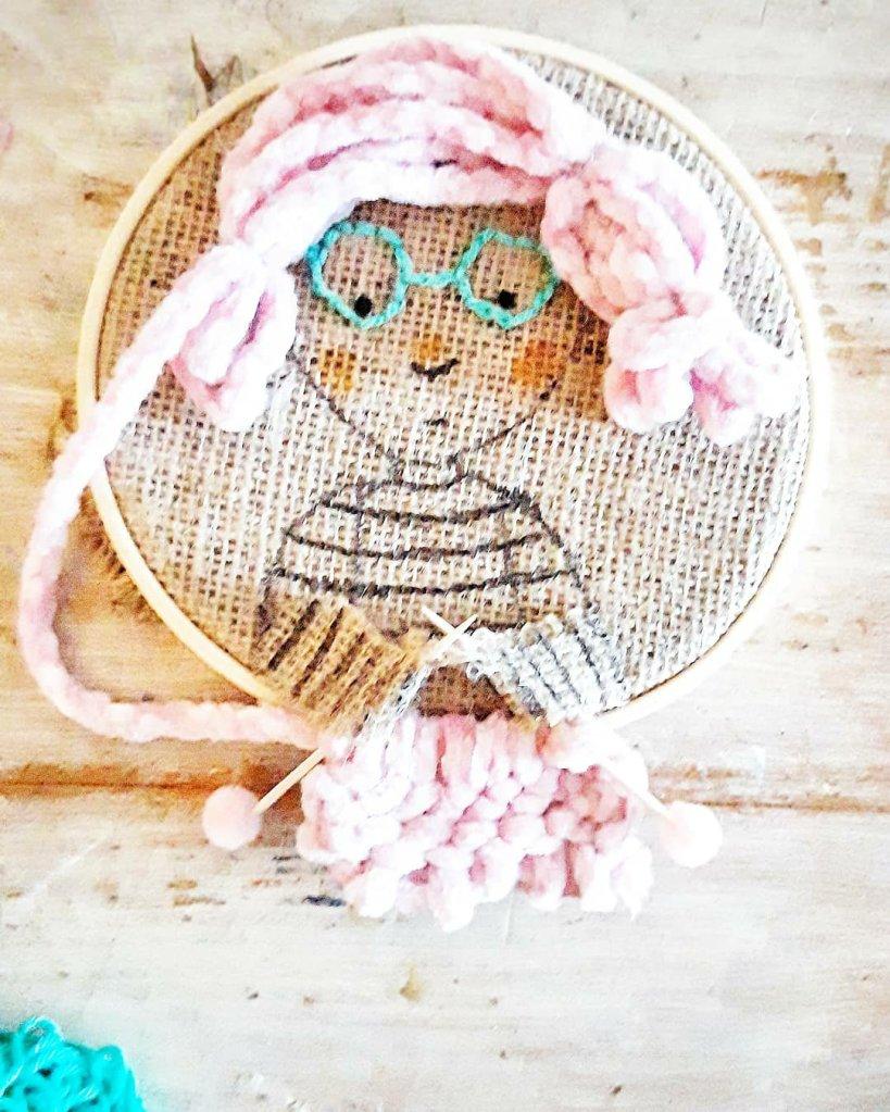 Eine wunderschöne DIY Wandeko aus Resten. Wolle, Jute und ein bisschen Farbe.  Ein tolles Geschenk oder fürs Kinderzimmer.