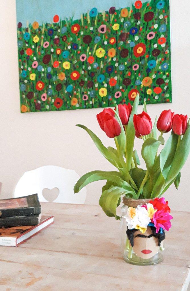 Aus einem Einmachglas und etwas Bastelmaterial lässt sich eine tolle Deko, ein tolles Geschenk zaubern mit dem Motiv von Frida Kahlo.