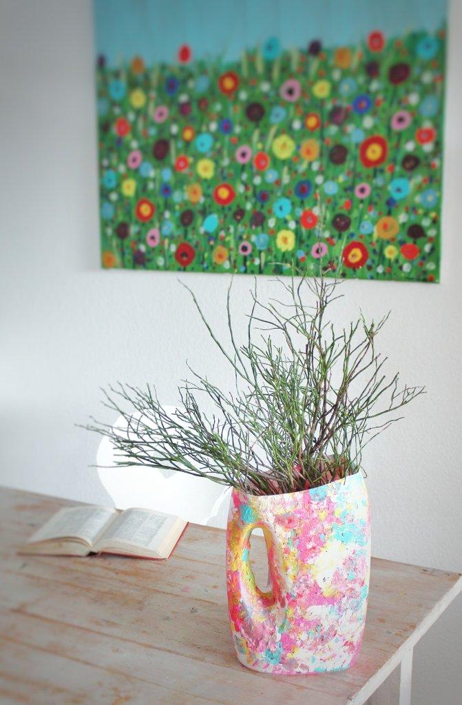 Blumenvase aus einer alten Waschmittelflasche mit etwas Acrylfarben, bringt den Frühling ins Haus.