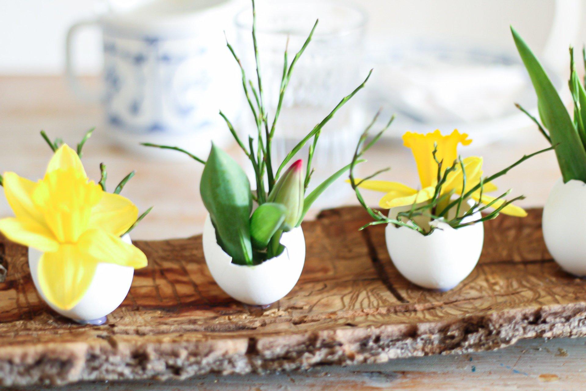 Eine schöne und kostenlose Deko, die jeder basteln kann. Die Eier können auch mit anderen Dingen, wie z.B. Trockenblumen, Papierblumen, etc. gefüllt werden.