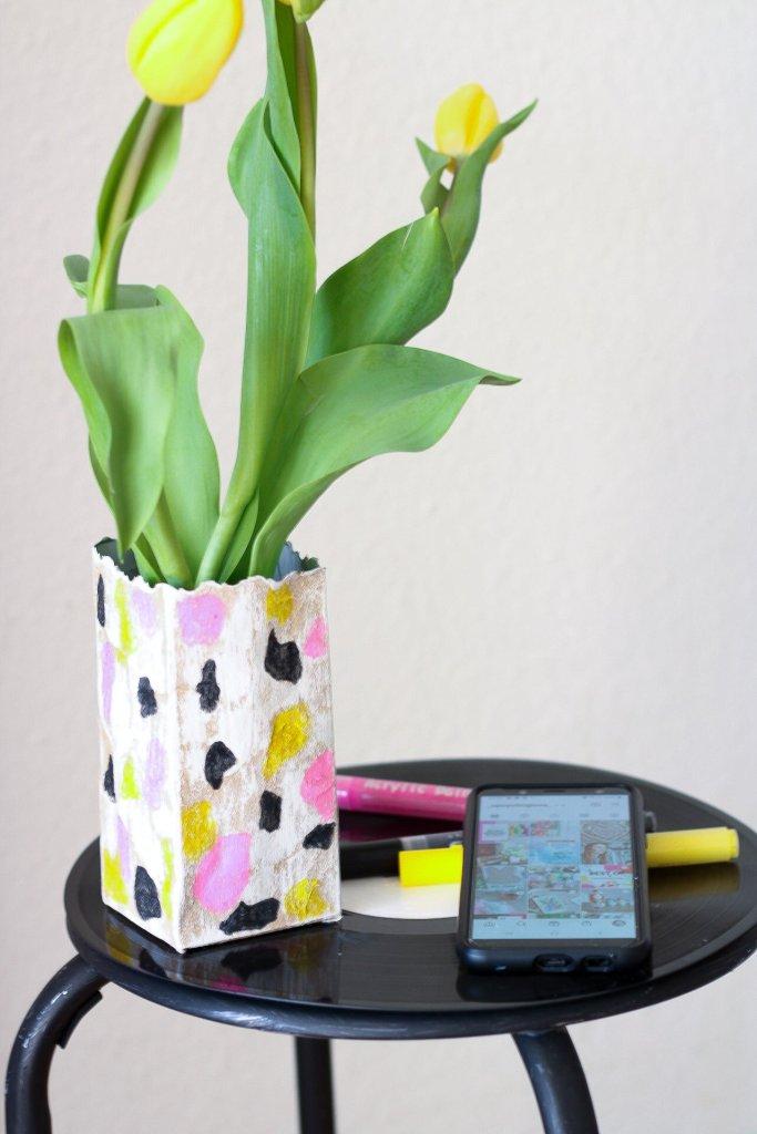 Eine tolle DIY DEKO aus einer Milchtüte, als Vase oder Stiftehalter. Ein echter Hingucker.