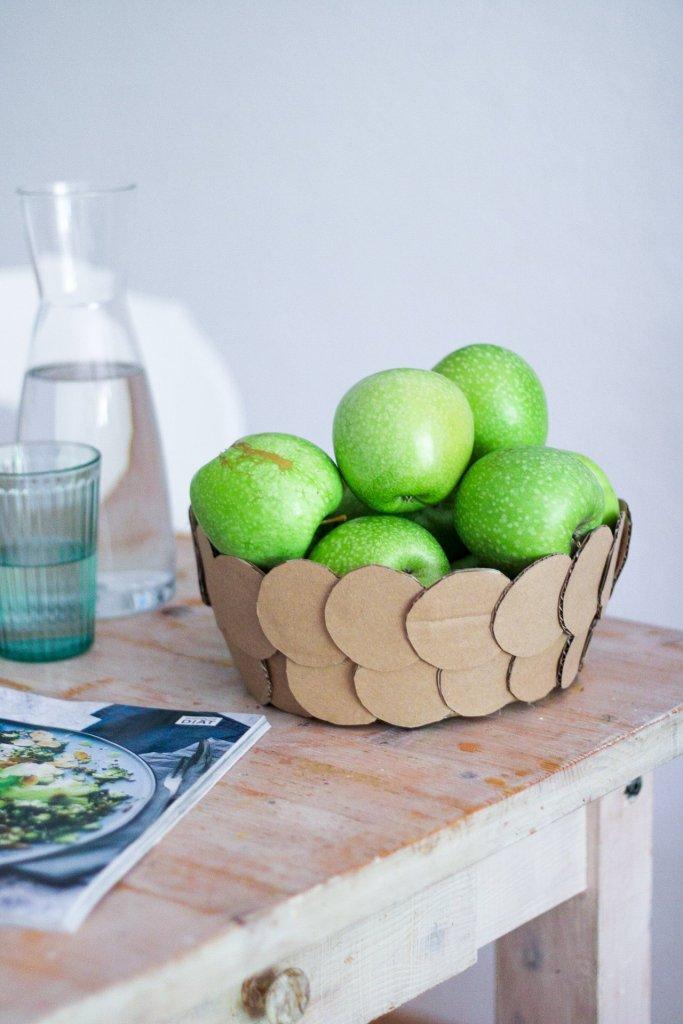 Eine Obstschale aus Kartonkreisen gebastelt. Ziegelförmig aufeinander geklebt. Ein tolles Dekoelement oder ein schönes, selbstgemachtes, günstiges Geschenk.